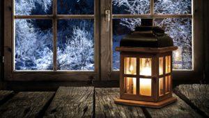 Laterne am Fenster im Winter