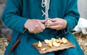 Marktfrau mit Apfel