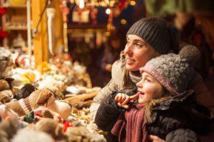 familie auf Weihnachtsmarkt